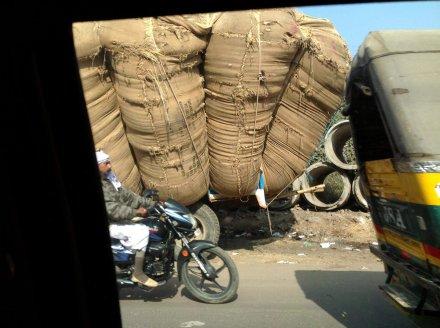 Вот так грузят маленькие тракторы в Индии