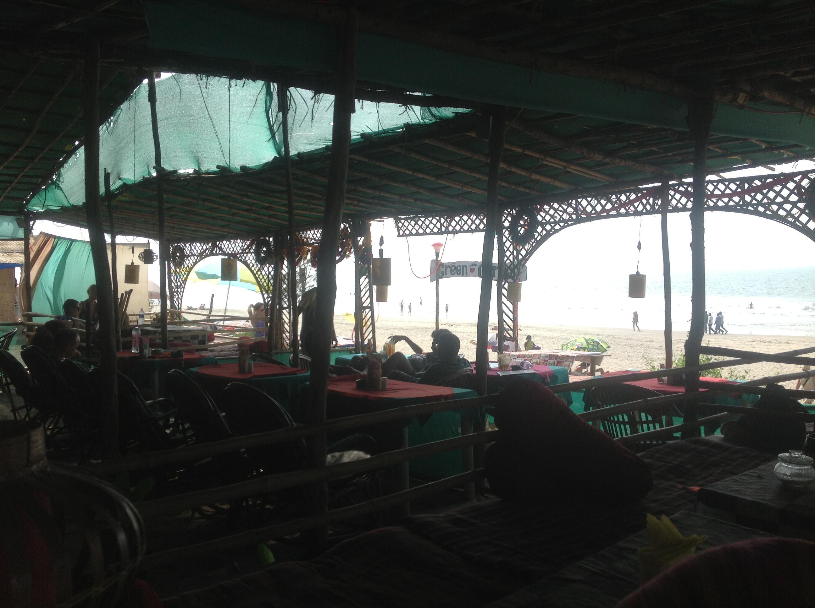 Ресторанчик на берегу пляжа Арамболь